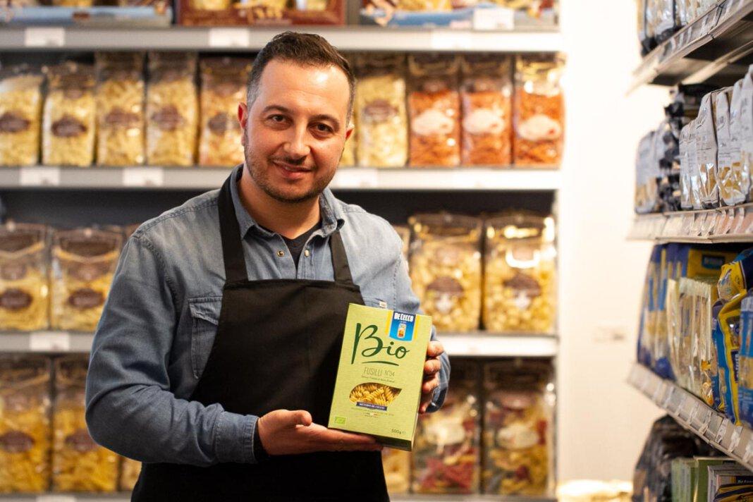 Nicht nur typische Lebensmittel kann man im Gusto Italiano einkaufen. Ein Espresso gehört zur Dolchen Vita ebenfalls dazu. Foto: Isabel Schütte