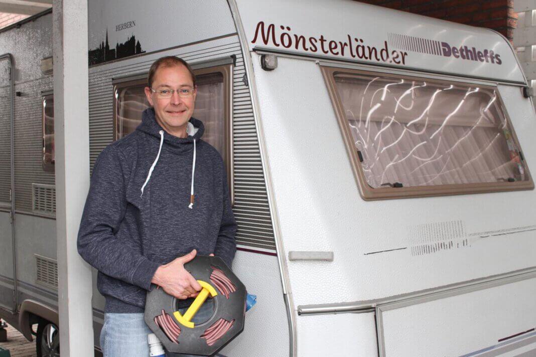 """Heiko Mönster vor seinem """"Mönsterländer"""