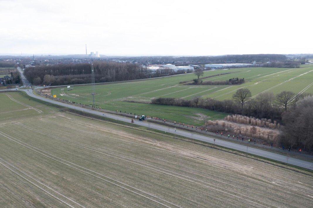 Im Vordergrund ist ein Teil der landwirtschaftlichen Fläche zu sehen, die zu einem Industriegebiet entwickelt werden soll. Foto: Kreativshooting/T. Schütte