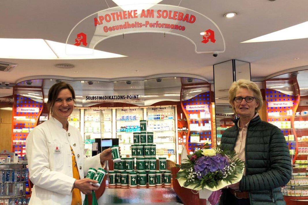 Am Mittwoch konnte Elisabeth Schwert als 1. Vorsitzende der Kolpingsfamilie diese großzügige Spende entgegennehmen. Sie bedankte sich bei Julia Matlachowsky mit einem Blumenbukett. Foto: Benno Jäger