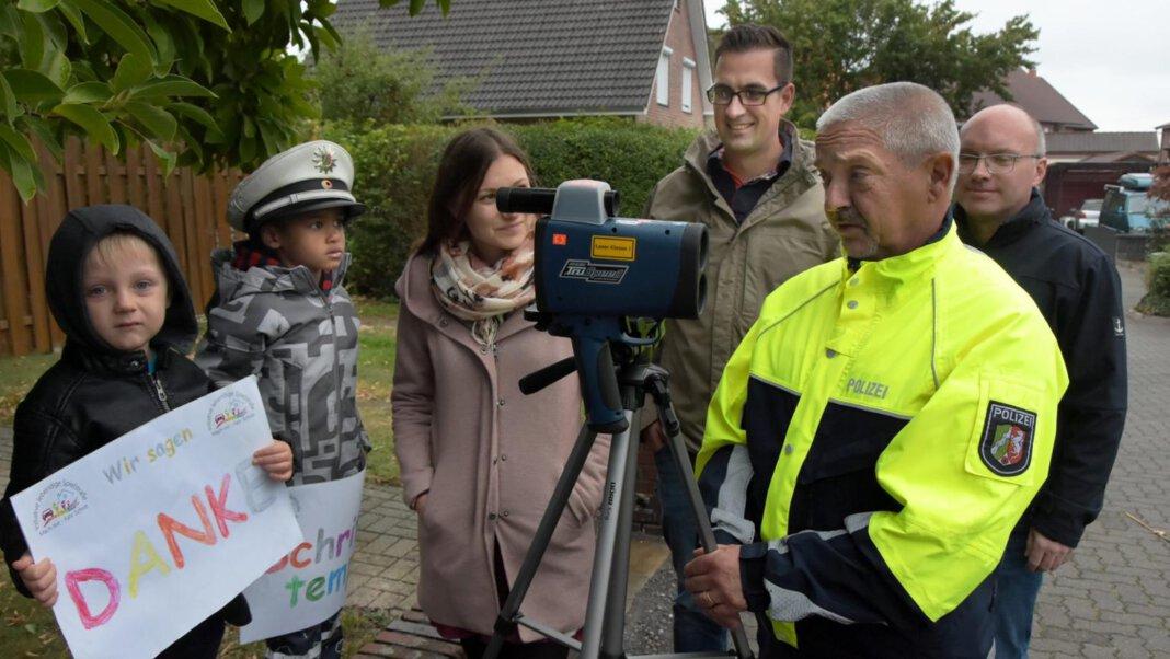 Mit Kita-Kindern und der Polizei hatte die Initiative bereits im Herbst 2019 zu schnelle Autofahrer direkt angesprochen. Solche Aktionen sollen jetzt wieder aufleben. Archivfoto: Hillebrand