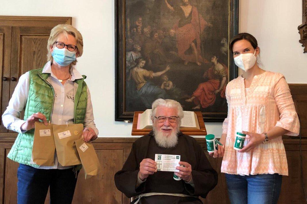 Pater Wolfgang freute sich über die Notfalldose der Kolpingsfamilie, die Elisabeth Schwert (links) und Julia Matlachowsky überreichten. Foto: Benno Jäger