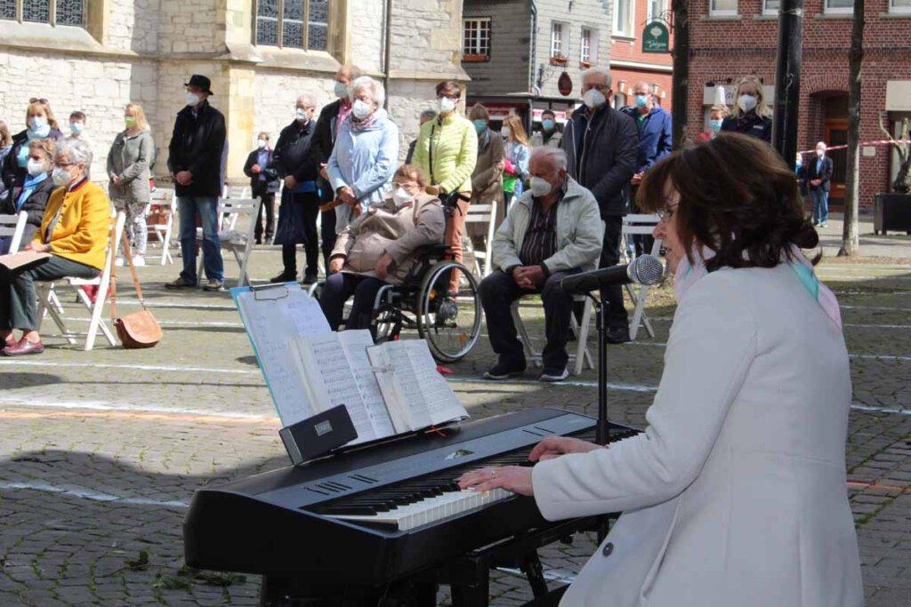 Gut besucht war der ökumenische Open-Air-Gottesdienst an Pfingsten, den Dagmar Wensing musikalisch gestaltete. Foto: Andreas Thiemann