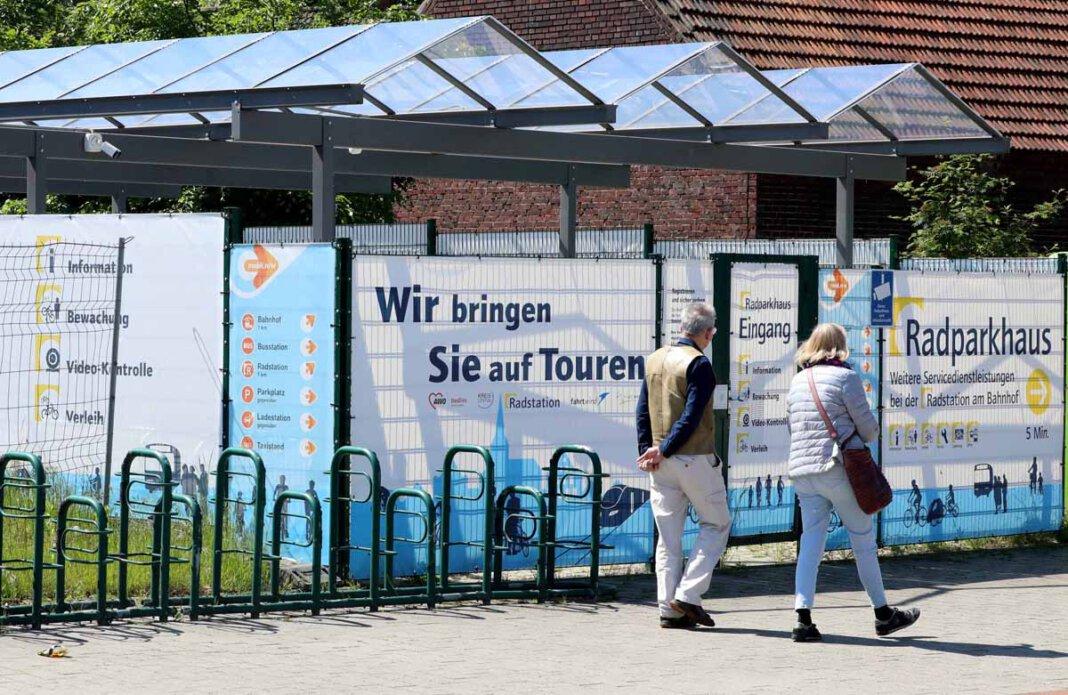 Die CDU-Fraktion kritisiert die großflächige Plakatwerbung des Radparkhauses am Busbahnhof. Foto: Volkmer