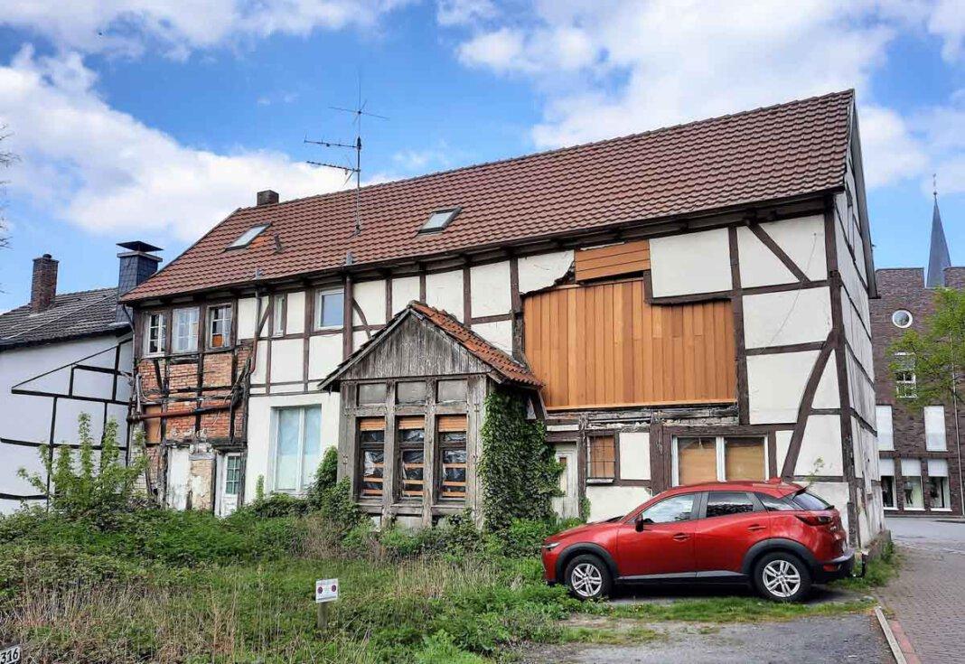 Nicht in neuem Glanz, sondern notdürftig geflickt präsentiert sich das Haus an der Südmauer 27. Foto: Gaby Brüggemann
