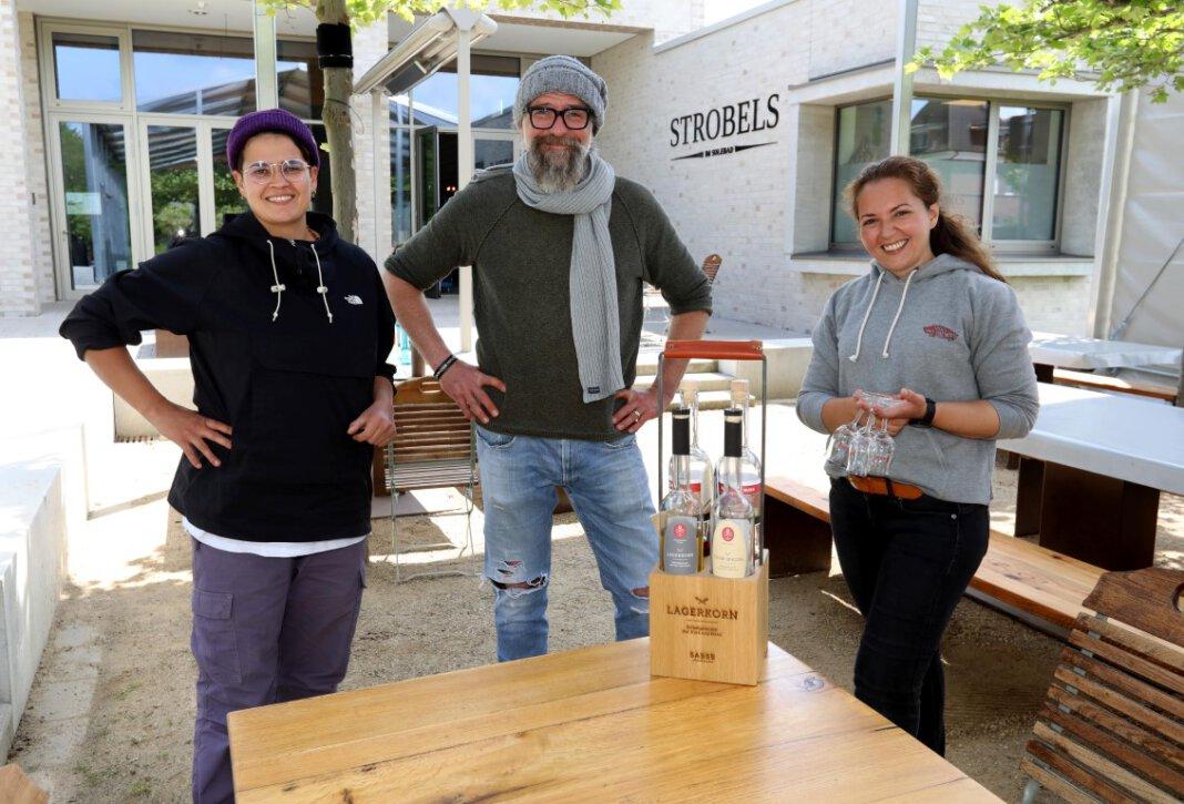 Die Betriebsleiterinnen Lena Masjoshusmann (links) und Serike Wischnewski freuen sich zusammen mit Björn Lepke, ab dem 28. Mai wieder Gäste im Stobels empfangen zu können. Foto: Volkmer