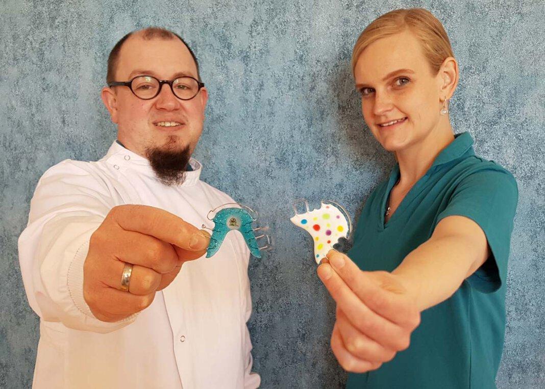 Zahntechnikerin Annika Treutmann arbeitet von nun an zusammen mit Carsten Sacher als Zweier-Team im hauseigenen Praxislabor der Fachzahnarztpraxis für Kieferorthopädie. Foto: KFO