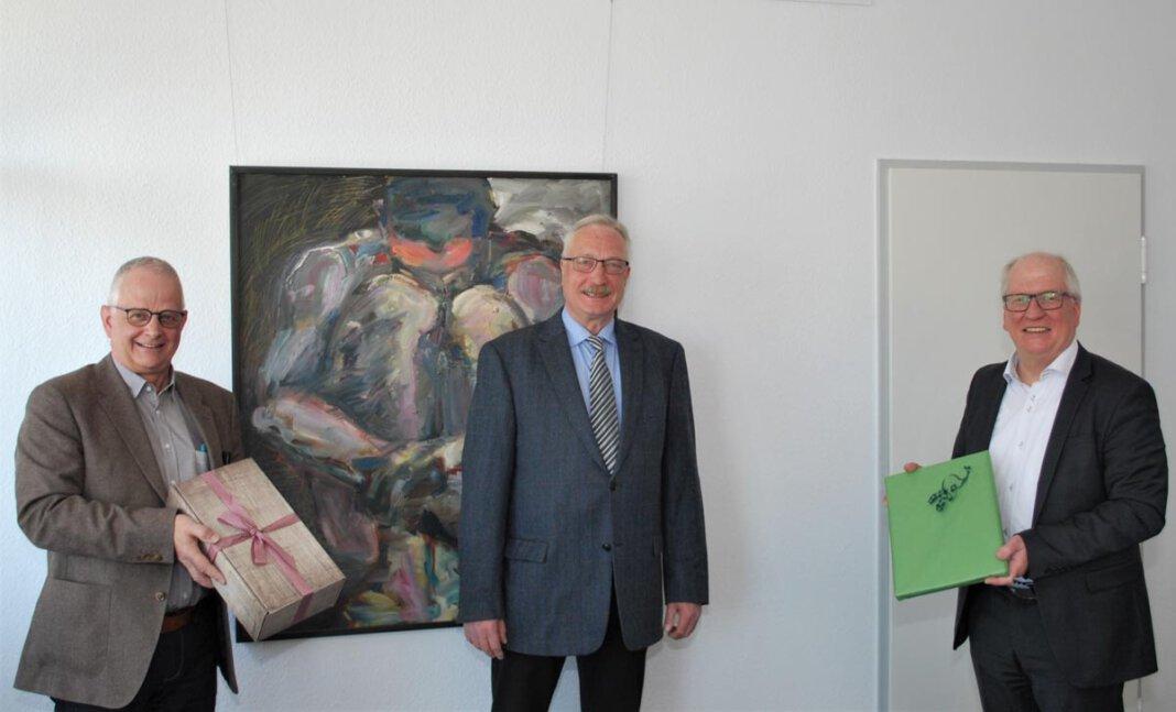 Offiziell verabschiedet wurde Frank Fischer (Mitte) am Mittwoch (28. April) von Kulturdezernent Horst Müller-Baß (r.) und Fachbereichsleiter Jürgen Grundmann (l.). Foto: Stadt Lünen