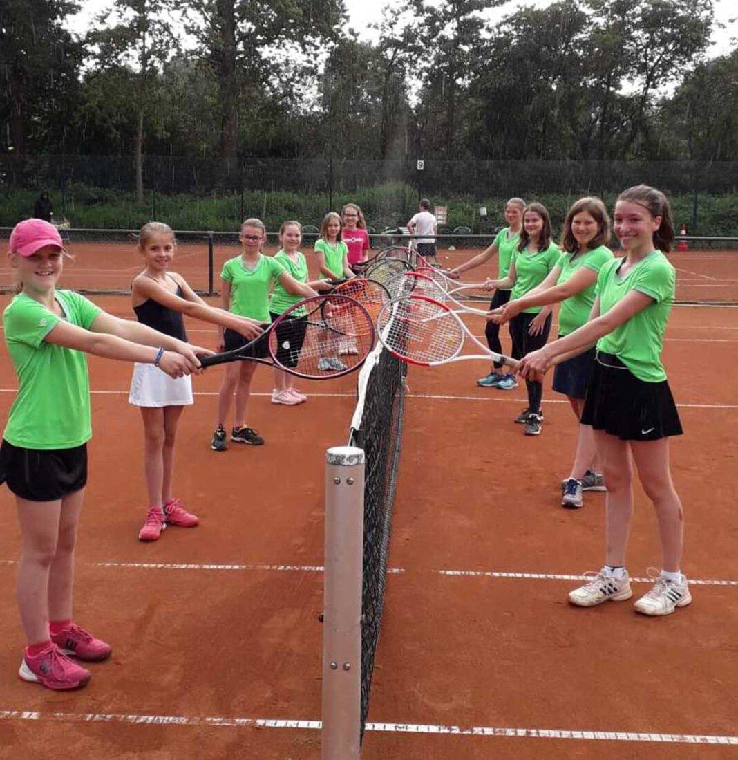 Die Mädchenmannschaften U12 und U15 des Werner TC 75 freuen sich au