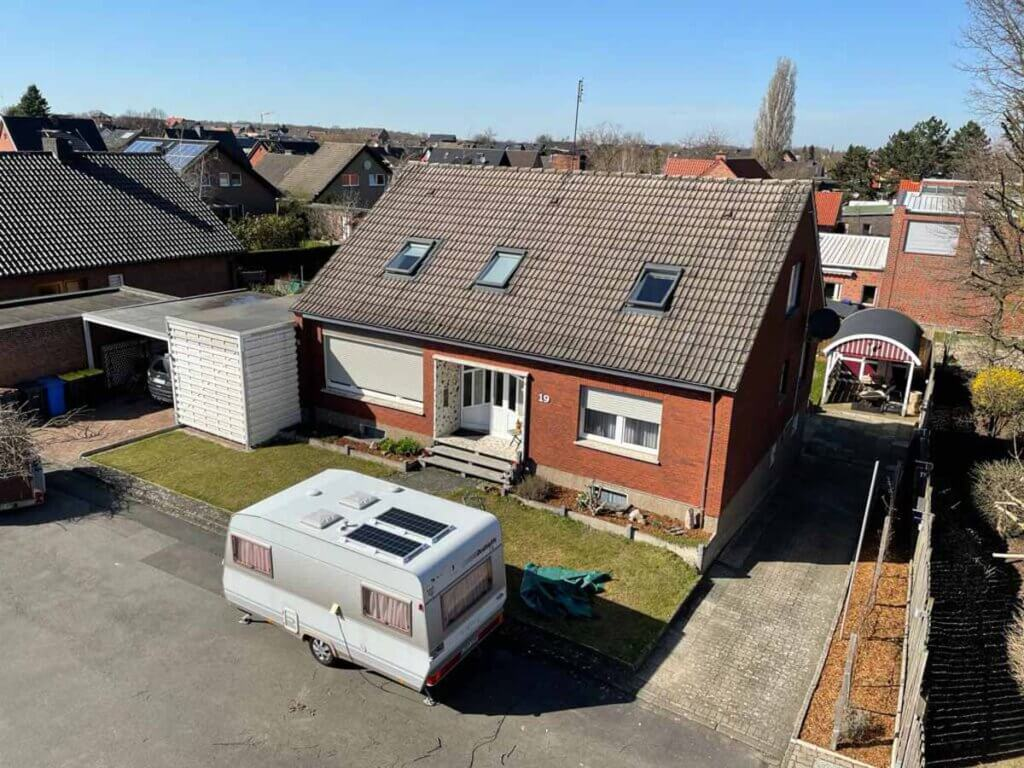 Zwei Solarplatten wurden für die autark-Versorgung auf den Wohnwagen verklebt. Foto: Isabel Schütte
