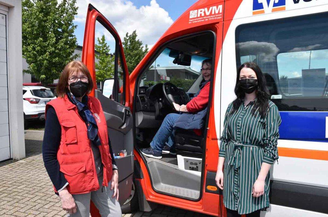 Regina Syrig (l.) und Maria Krampe freuen sich über weitere Fahrerinnen im Team des Bürgerbusses. Auch die Gleichstellungsbeauftragte Miriam Lepper (unten rechts) unterstützt interessierte Frauen bei diesem Ehrenamt. Foto: Gemeinde Ascheberg