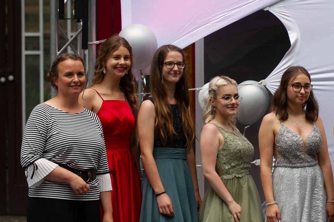 Am Samstag erhielten auch 65 junge Erwachsene des Anne-Frank-Gymnasiums ihr Reifezeugnis. Foto: Isabel Schütte