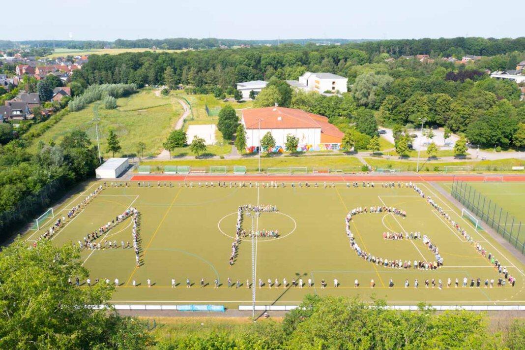 Imposante Aufnahme aus der Luft: Die Sportabzeichen-Verleihung am Anne-Frank-Gymnasium. Foto: Kreativshooting/Thomas Schütte