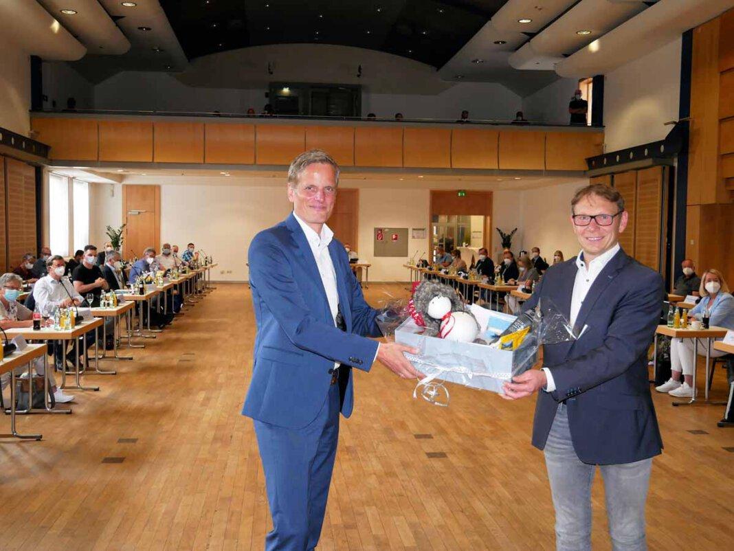 Bürgermeister Lothar Christ verabschiedete in der letzten Ratssitzung vor der Sommerpause den scheidenden Dezernenten Alexander Ruhe. Foto: Gaby Brüggemann