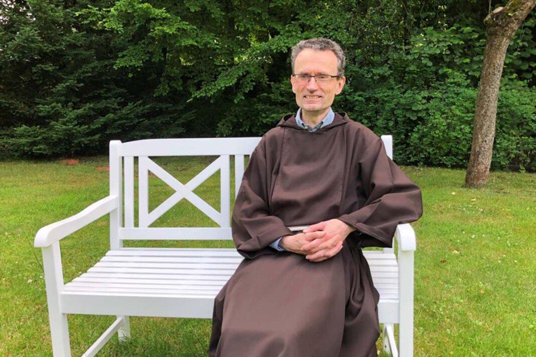 Pater Romuald freute sich über die Bank für den Klostergarten. Foto: Benno Jäger