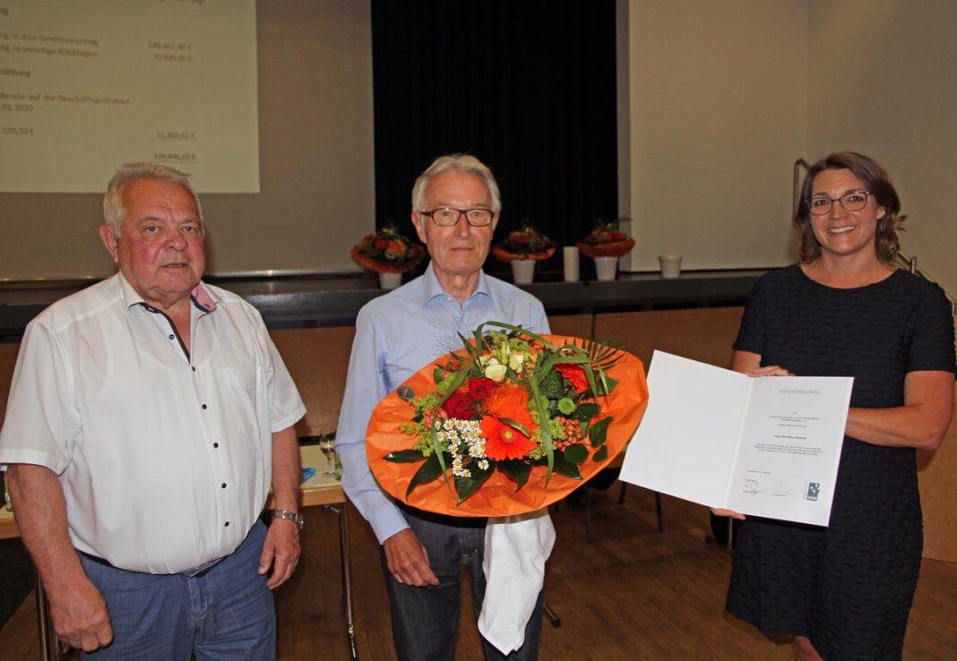 Bauverein-Urgestein Karl-Heinz Hörstrup wurde vom Aufsichtsratschef Erich Westermann (links) und Geschäftsführerin Nadine Ruck aus dem Vorstand verabschiedet. Foto: Wagner