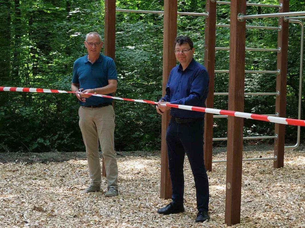 Lünens Technischer Beigeordneter Arnold Reeker (l.) und IGA-Geschäftsführer Horst Fischer (r.) haben den Volkspark Schwansbell am Freitag offiziell mit einem Banddurchschnitt vor dem Calisthenics-Gerät eröffnet. Foto: Stadt Lünen
