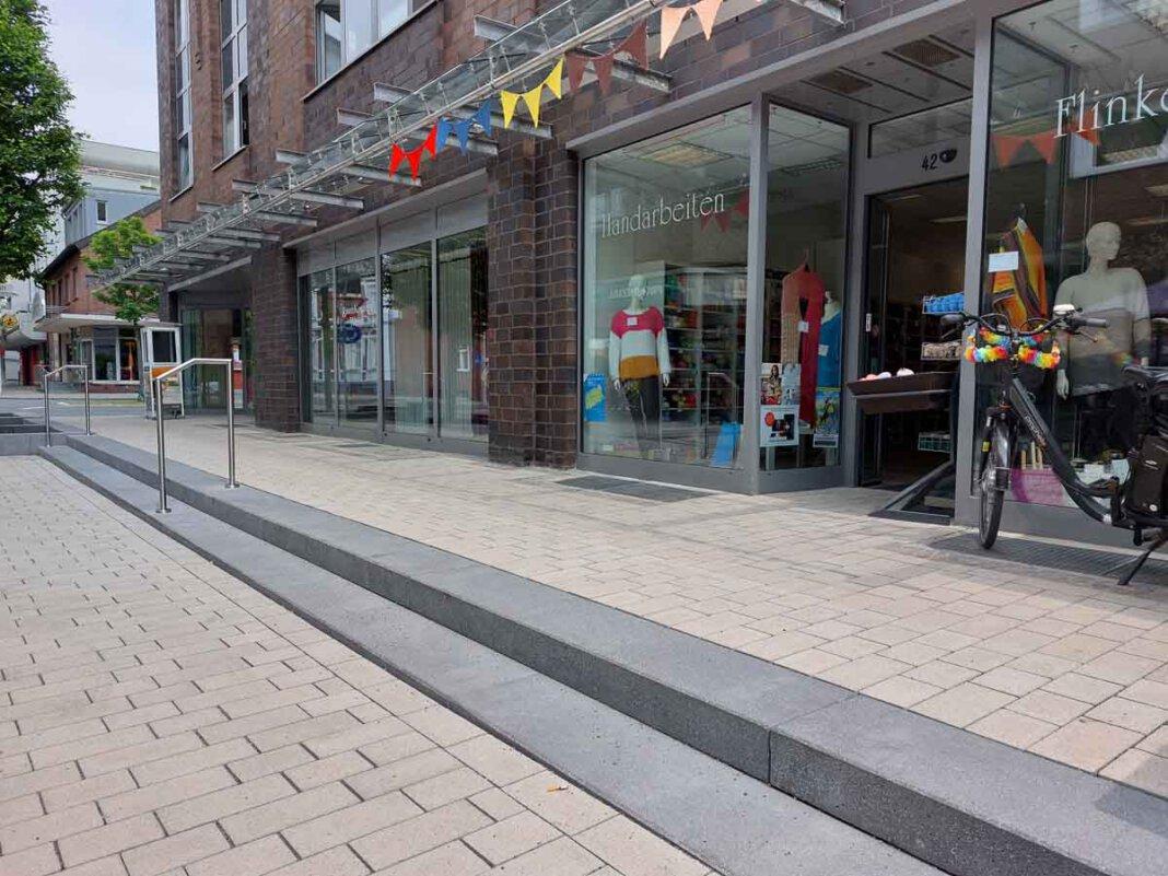 Als Stolperfalle haben sich die Stufen vor dem Geschäft Flinke Nadel an der Bonenstraße entpuppt. Die Verwaltung bessert nun nach. Foto: Wagner