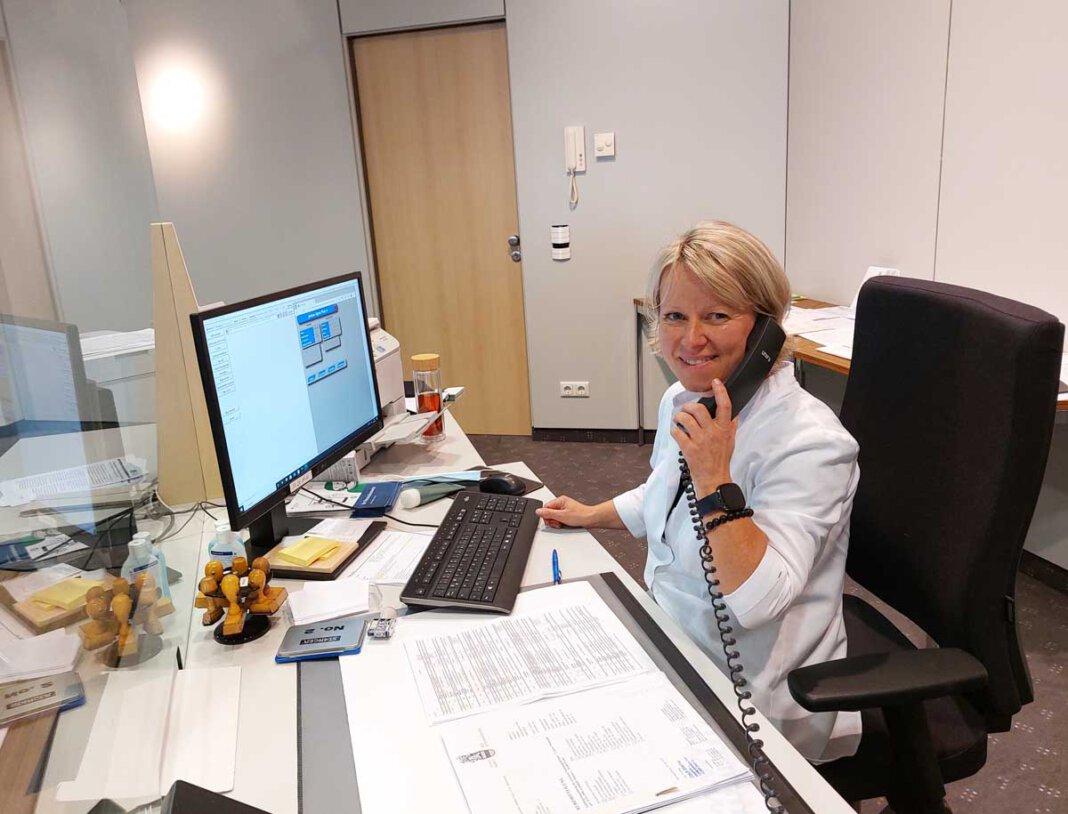 Anna Rickert und ihre vier Kolleginnen im Bürgerbüro haben alle Hände voll zu tun. Ab der kommenden Woche steht eine Schulung an. Dafür bleibt das Bürgerbüro eine Woche lang geschlossen. Foto: Wagner