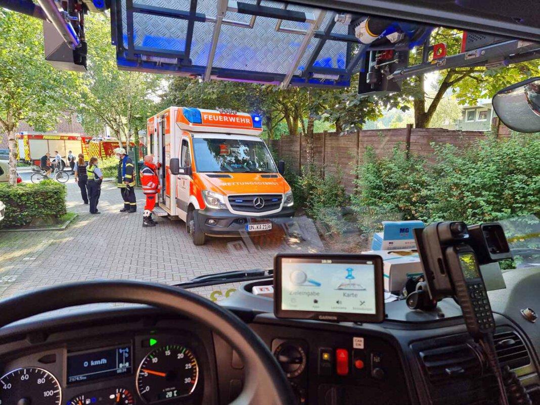 Der Rettungsdienst aus Kamen versorgte die leicht verletzte Person, die von der Feuerwehr aus einer verrauchten Wohnung an der Bahnhofstraße gerettet wurde. Foto: Feuerwehr Werne