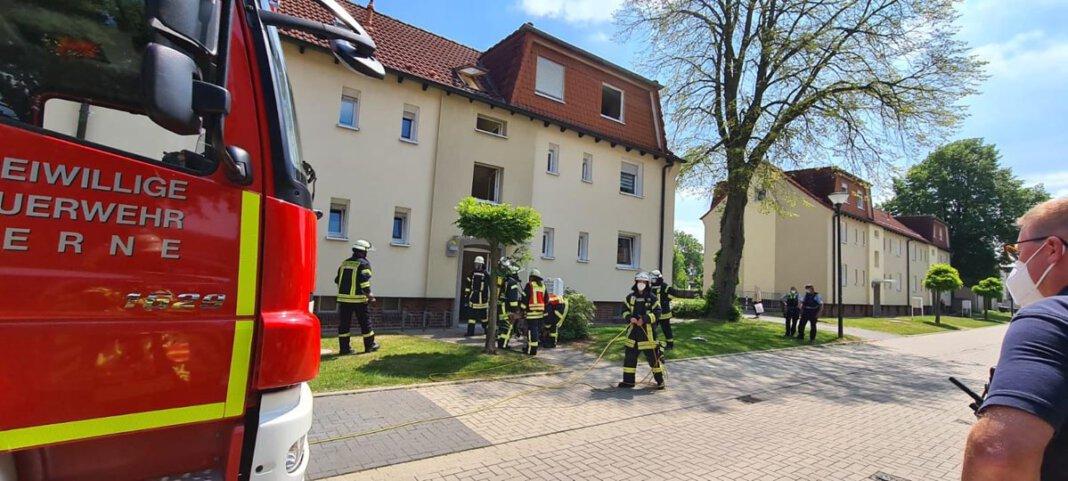 Nachbarn hatten das Piepen eines Rauchmelder sowie Qualm aus einer Wohnung in einem Mehrfamilienhaus im Ostkamp wahrgenommen und daraufhin die Feuerwehr alarmiert. Foto: Feuerwehr Werne