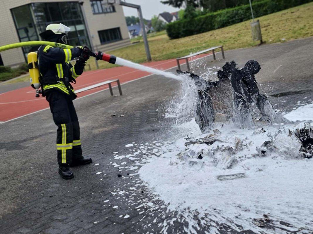 Ein Papiercontainer brannte auf dem Schulhof des Anne-Frank-Gymnasiums. Foto: Feuerwehr Werne