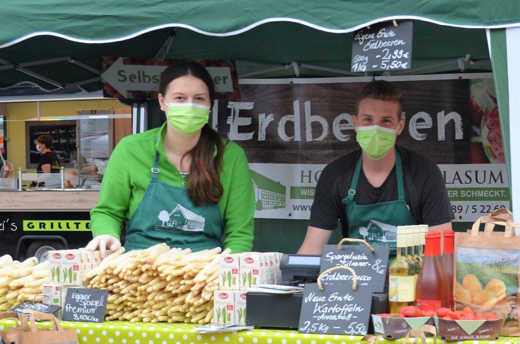 Marie Schlierkamp und Philip Reher vom Hof Schulze Blasum bieten frischgeerntete Erdbeeren und Spargel an. Foto: Prokofev