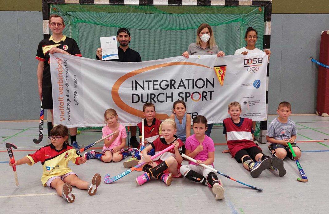 Stefanie Hellmann vom KreisSportBund Unna (hinten, 2. von rechts) überreichte die Urkunde an das Trainerteam und Kinder von Hockey United Werne. Foto: Wagner