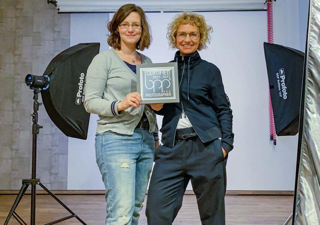 Susanne Kästner (rechts) und Sabrina Kiel freuen sich über die Auszeichnung. Foto: bpp