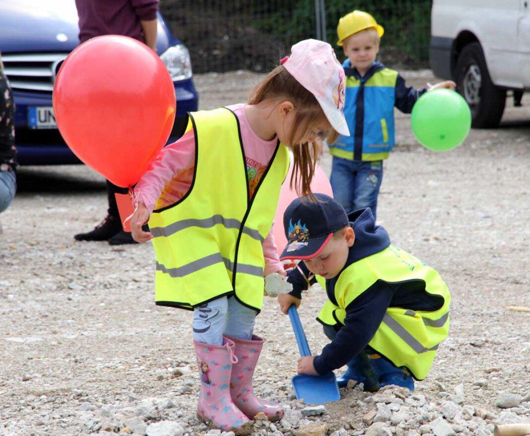 Tatkräftig unterstützten die Kinder der Kita an der Schule die Großen beim ersten Spatenstich für den Neubau am Krankenhaus. Foto: Wagner