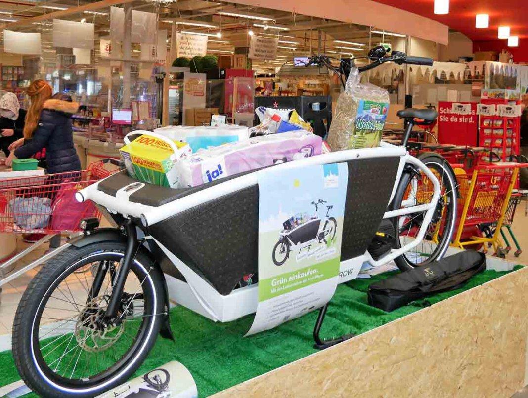 Die beiden von der Stadt angeschafften E-Lastenräder des Typs können kostenlos ausgeliehen werden und übernehmen eine tragende Rolle, wenn es um den klimaschonenden Transport von Waren oder Gepäck geht. Foto: Gaby Brüggemann