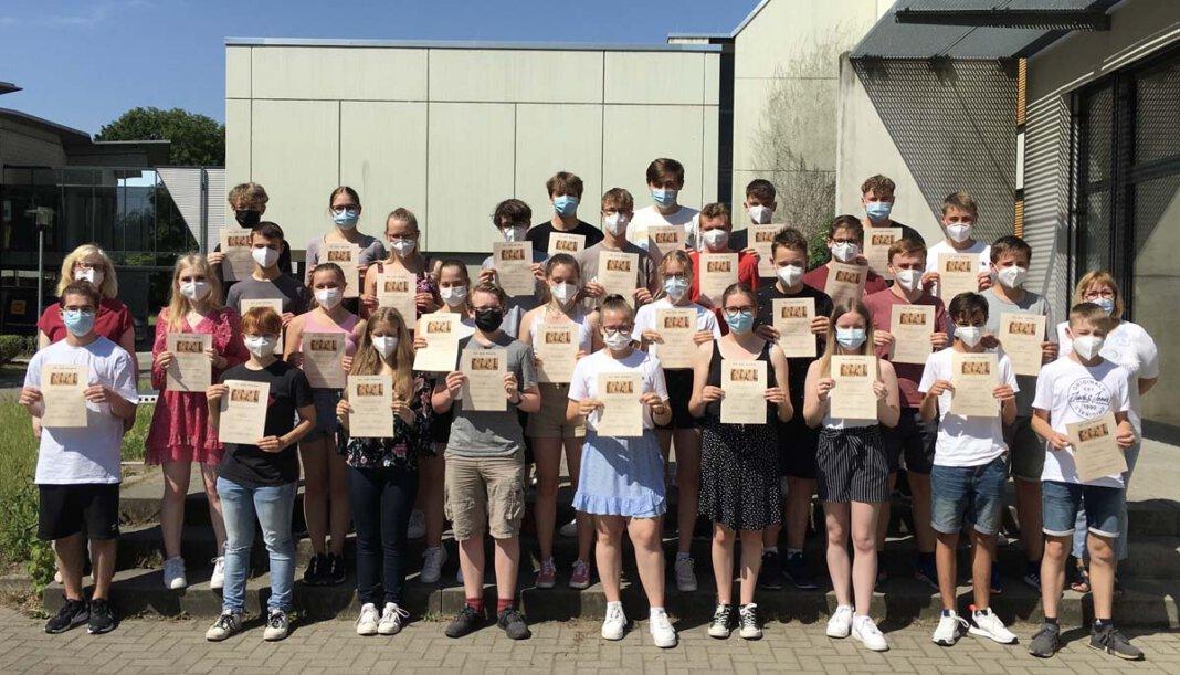Die glücklichen Latein-Schüler/innen mit ihren Urkunden. Foto: AFG