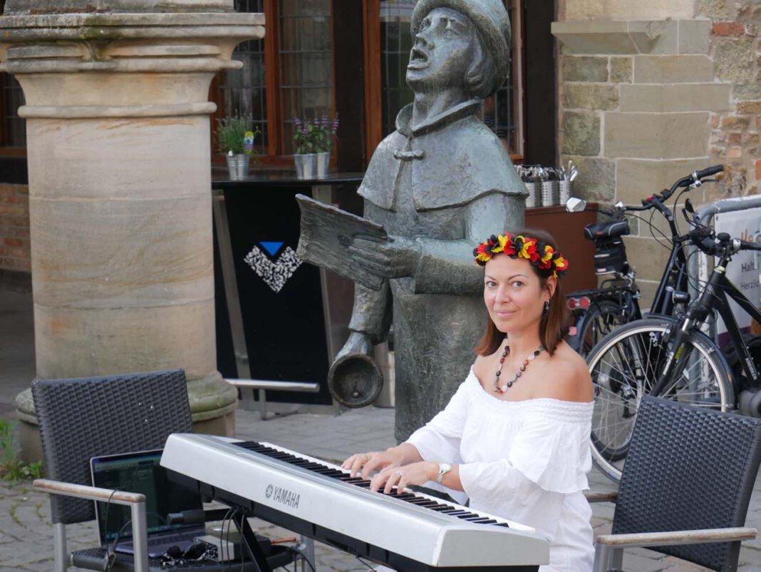 Margarita Lebedkina von der gleichnamigen Musikschule in Stockum spielte an mehreren Abenden auf dem Marktplatz in Werne. Foto: Gaby Brüggemann