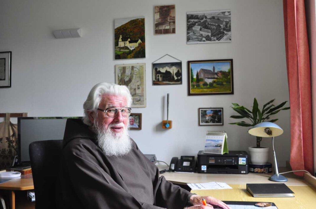Wenn er an seinem Schreibtisch arbeitet, braucht Pater Wolfgang nur den Kopf zu drehen und blickt auf jene Klöster, wo er in den mehr als 60 Jahren seines Ordenslebens gewirkt hat. - Foto: Schwarze