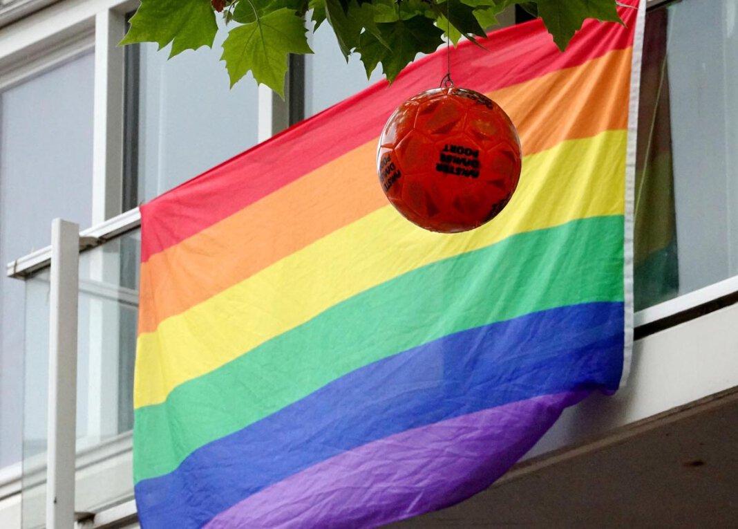 Statement in Amsterdam für Toleranz und Diskriminierung. Am Mittwoch steigen die letzten Gruppenspiele bei der Fußball-EM. Schon getippt? Foto: Volkmer