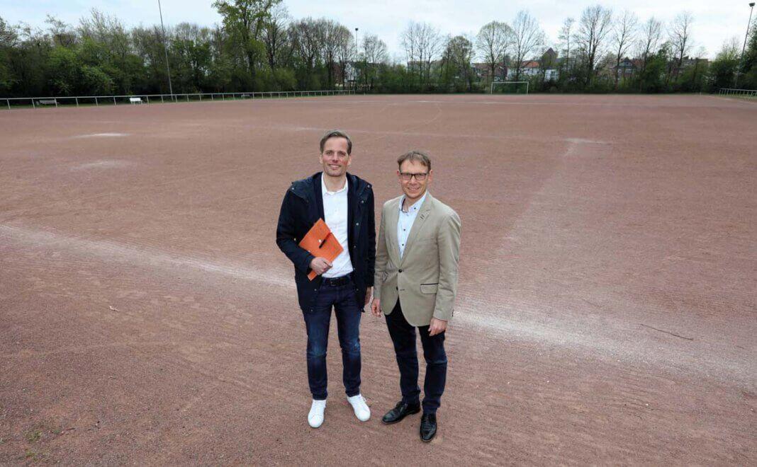 Gemeinsam mit dem Stadtsportverband hat Alexander Ruhe (hier zusammen mit Bürgermeister Lothar Christ) die Förderung für das Sportzentrum Dahl erwirkt. Archivfoto: Volkmer