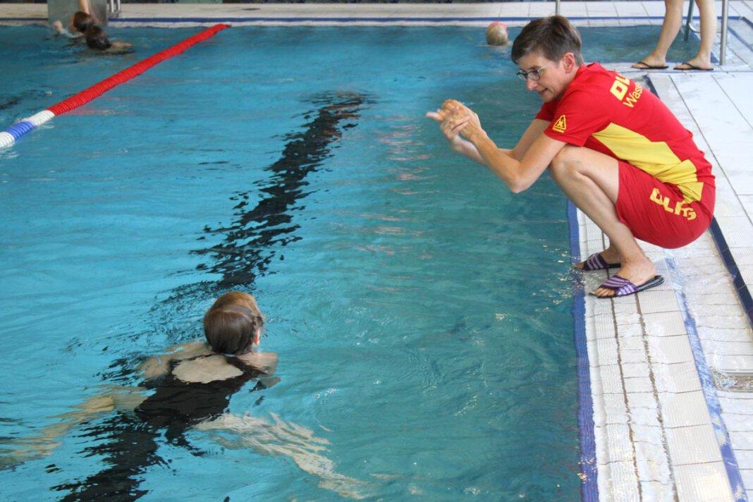 Gaby Hölscher von der DLRG Herbern trainiert die Schwimmanfänger. Foto: Isabel Schütte