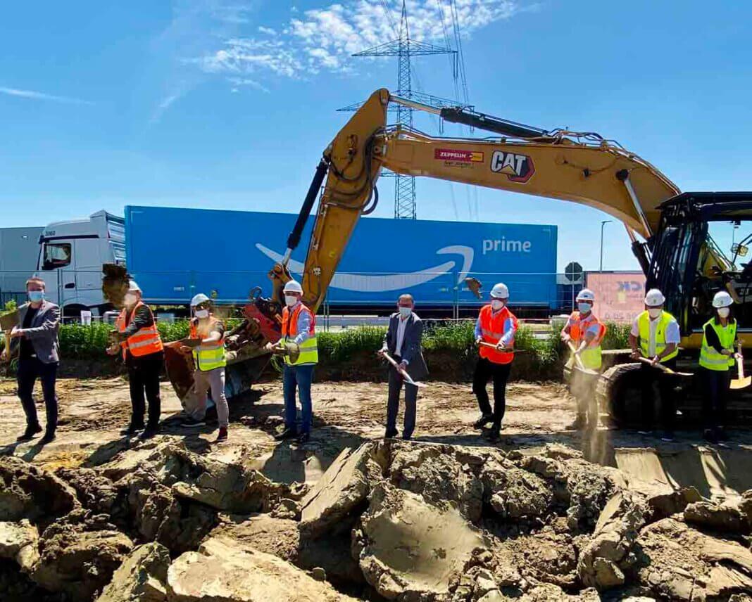 Bürgermeister Lothar Christ, Amazon-Standortleiter Ivan Saric sowie Vertreter der zuständigen Baufirmen machten den ersten Spatenstich für einen neuen Parkplatz auf einer Fläche von 11.000 Quadratmetern. Foto: Amazon
