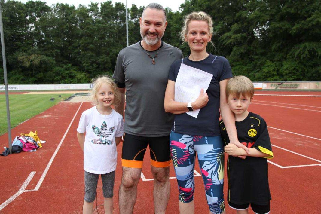 Die neue Sportabzeichen-Saison ist eröffnet: Anja, Thorsten, Frieda und Jakob (vorne) machen zum ersten Mal mit. Foto: Wagner