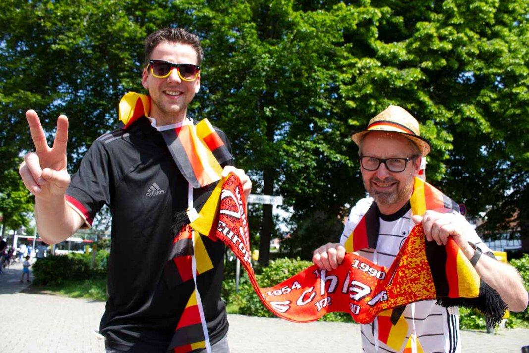 Martin Gößl (rechts) und Tobias Schlüter bringen etwas Fußballstimmung in die Fußgängerzone. In wenigen Tagen beginnt die EM. Foto: Isabel Schütte