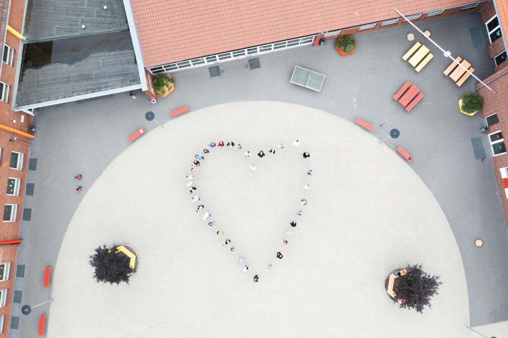 Mit einem Herz brachte das Uhlandschulteam seine Verbundenheit zu den Schülerinnen und Schülern zum Ausdruck. Foto: Kreativshooting/Thomas Schütte