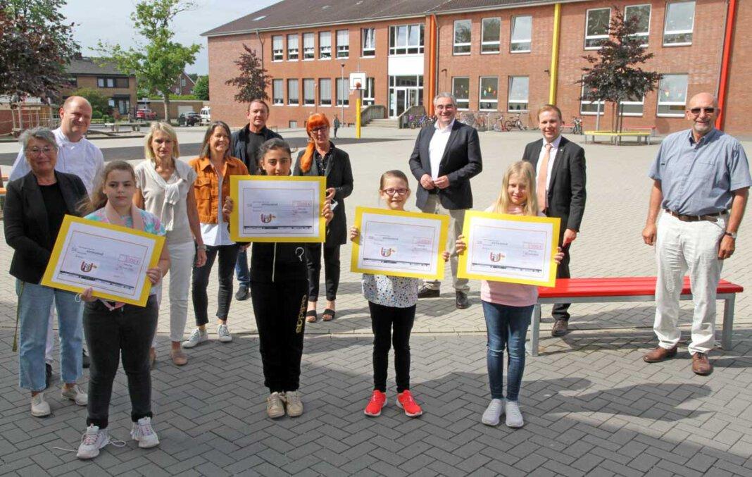 Große Unterstützung für das Werkstatt-Projekt der OGS an der Uhlandschule: Lions Club Werne in Westfalen, Lions Club Werne an der Lippe, Volksbank Kamen-Werne und Sparkasse an der Lippe spendeten jeweils 1.000 Euro. Foto: Wagner