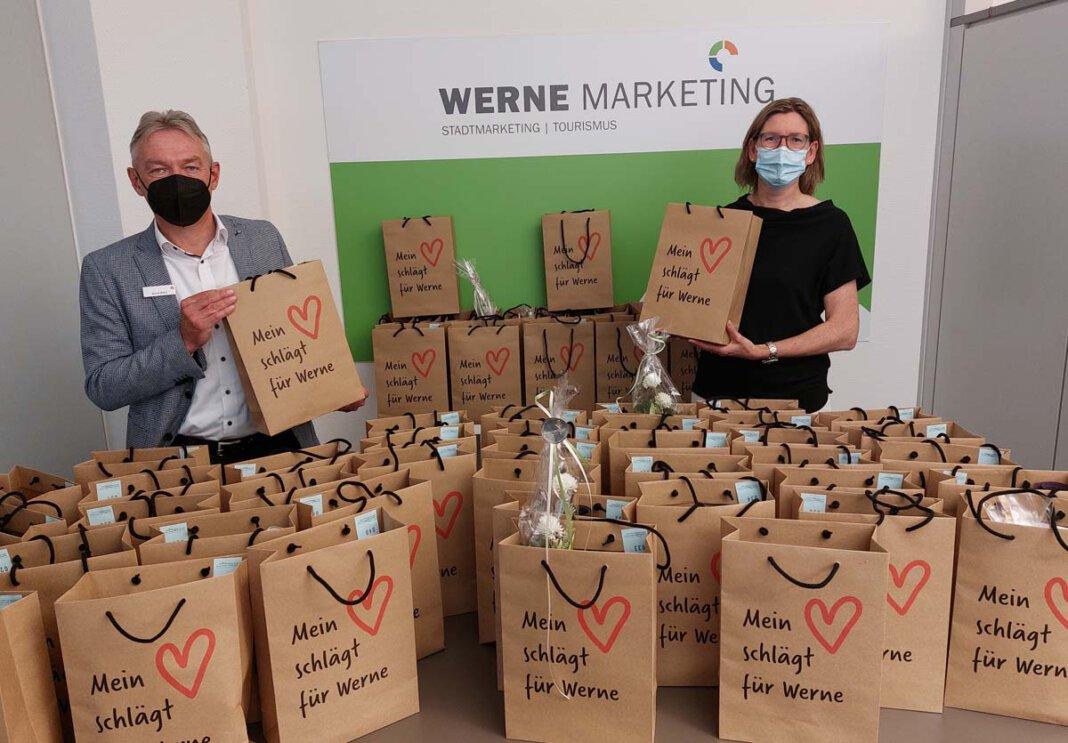 Britta Löchter (Werne Marketing GmbH) und Bernd Wieck (Sparkasse an der Lippe) freuen sich über die fertig gepackten Wundertüten. Foto: Wagner