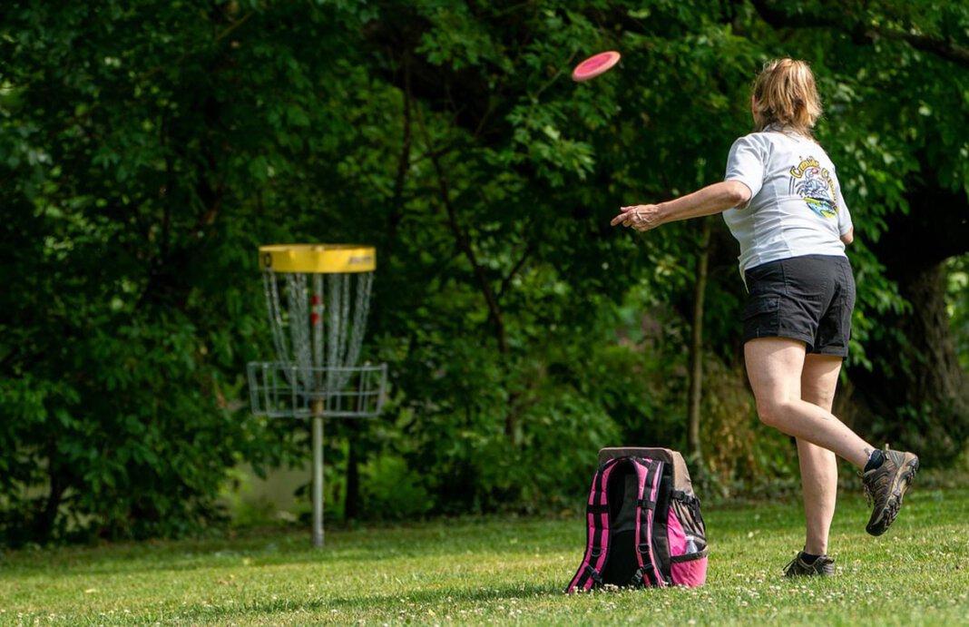 Auch Frisbee-Golf haben die Jugendzentren als Tagesaktion unter anderem im Angebot. Symbolfoto: pixabay
