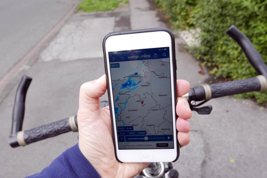 Wetterlage, WhatsApp & Co. checken? Am besten vor der Abfahrt oder bei einer Pause. Foto: Birgit Kalle – Kreis Unna