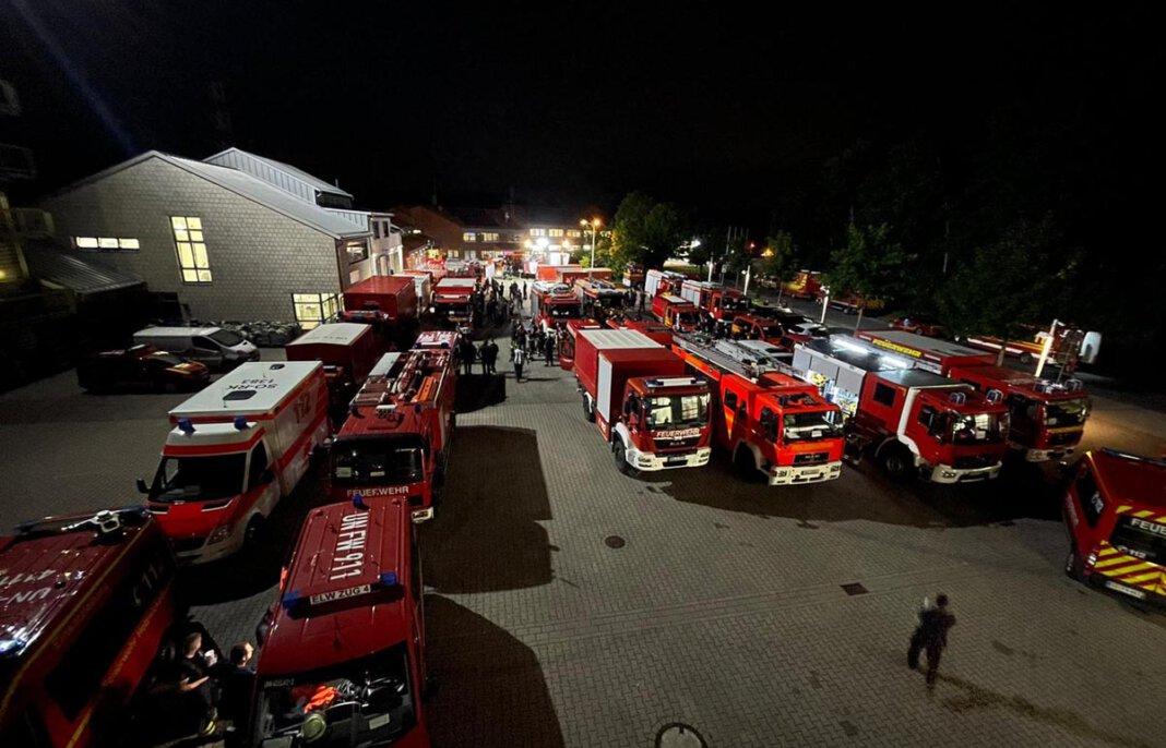 In der Nacht zum Samstag hatten sich die Einsatzkräfte am Feuerwehrservicezentrum in Unna gesammelt. Foto: Thomas Heckmann – Kreis Unna