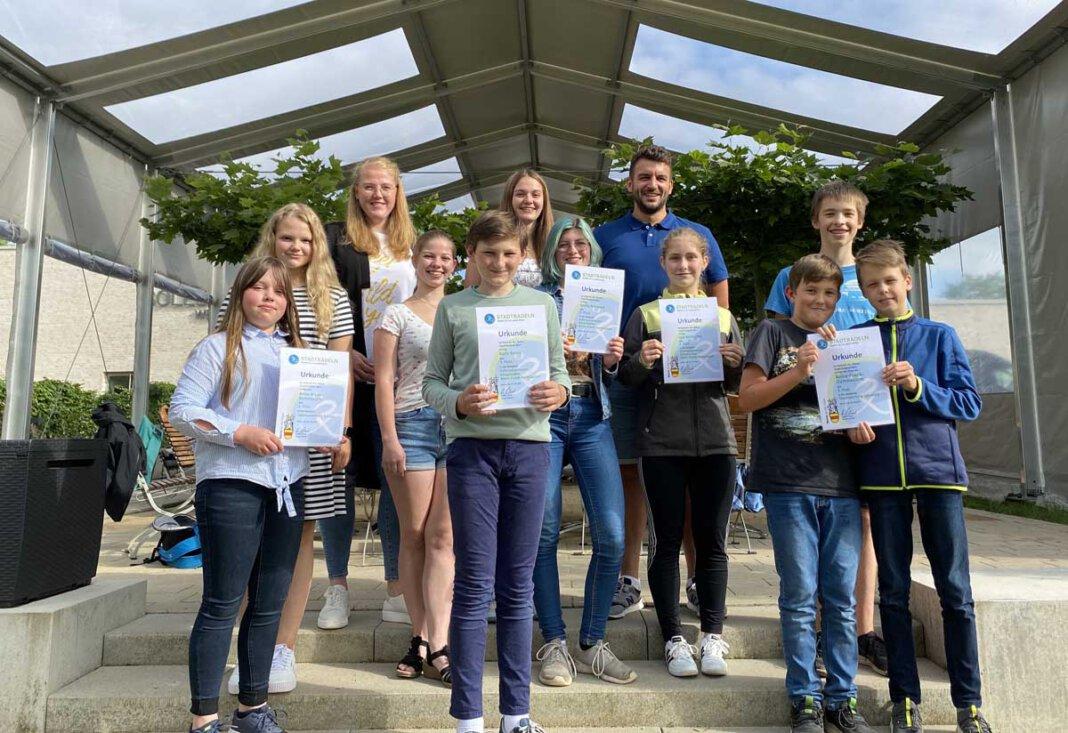 Auf dem Foto freuen sich gemeinsam mit den Schülerinnen und Schülern die Lehrkräfte Christina Buttkereit (SV-Lehrerin) und Florian Warias (Fachschaft Sport). Foto: AFG