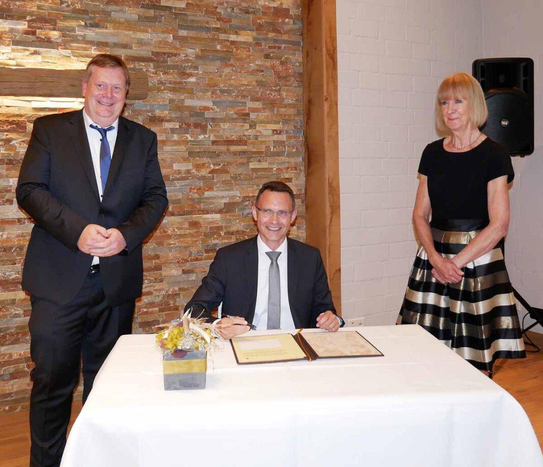 Eintrag ins Goldene Buch: Thomas Stohldreier und Maria Schulte-Loh flankieren Dr. Bert Risthaus. Foto: Gaby Brüggemann