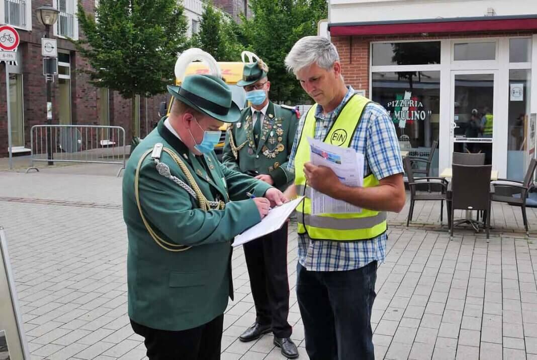 Schützenhilfe: Tim Haselhoff und Marco Klaus gaben ihre Unterschriften am BIN-Stand ab. Foto: Gaby Brüggemann