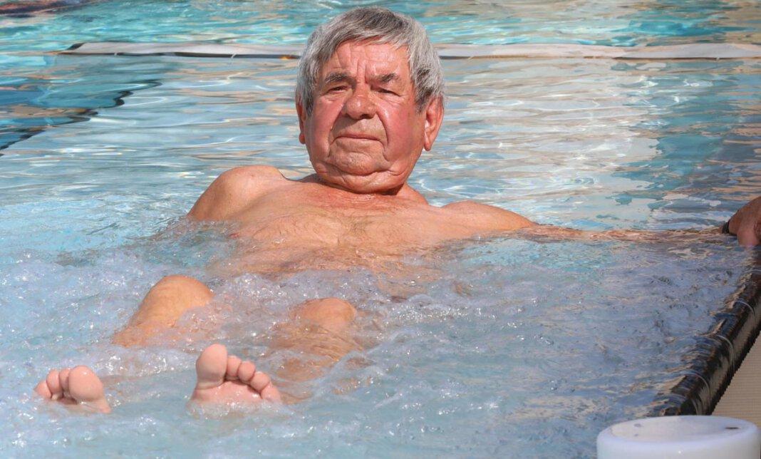 Ein paar Bahnen schwimmen oder sich auf einer Sprudelliege entspannen - der Stockumer Josef Bickmann genießt das 33 Grad warme Wasser im Solebecken mindestens einmal in der Woche. Foto: Volkmer